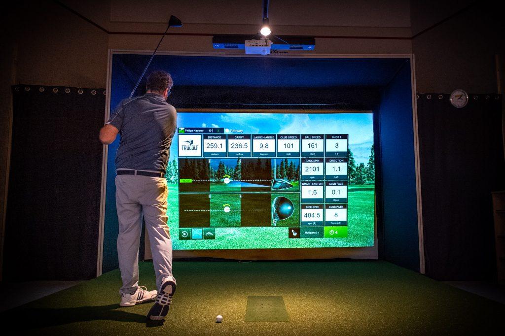 Spieler im Golfsimulator in Hausmening